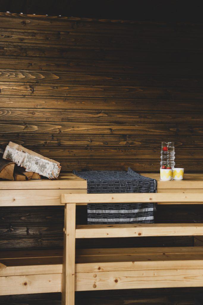 Huone1 sauna seinät hiilenharmaalla, lauteet värittömällä