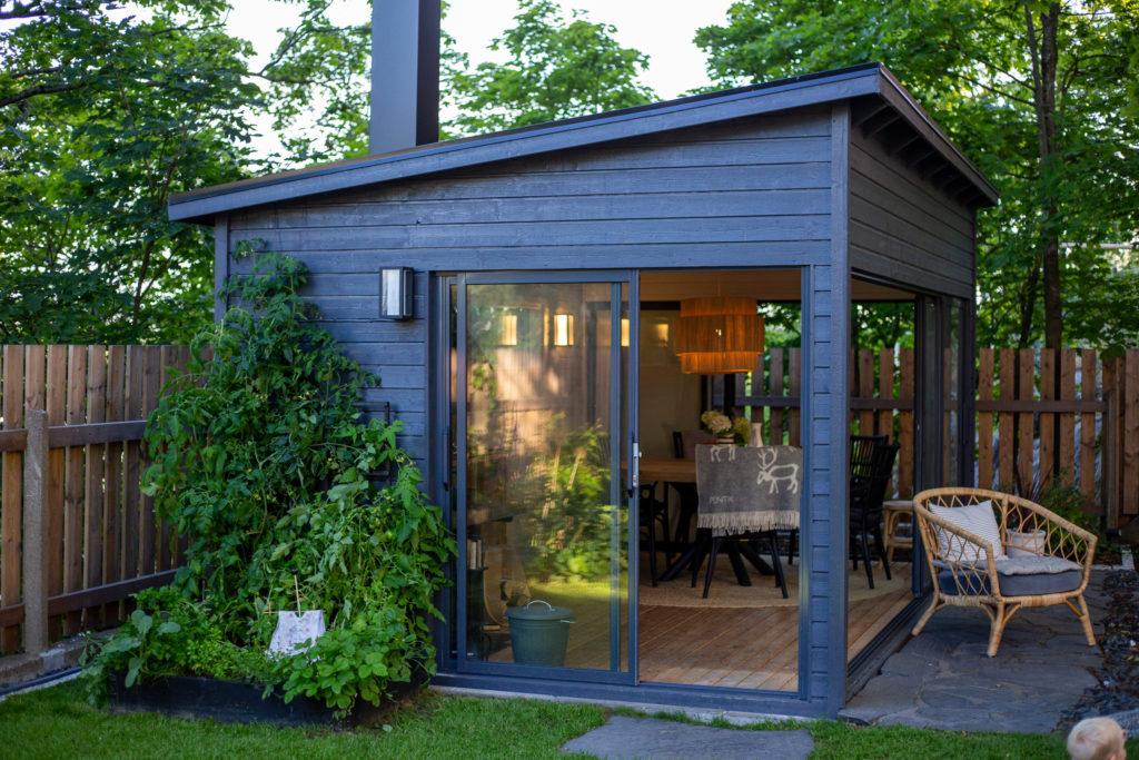 Moderni suosittu Huone1 kesäkeittiö puutarhan keskiössä