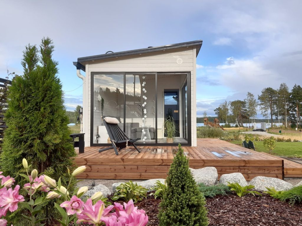 Moderni ratkaisu Huone1 pihasauna + lasitettu huone