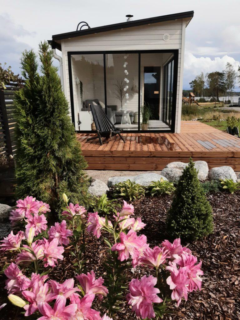 Moderni saunarakennus sopii moderniin pihaan